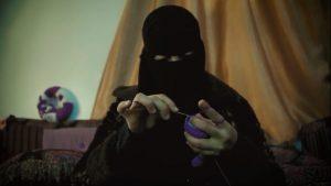 الصحافية فاطمة رشاد خلال عملها في حياكة الدمى